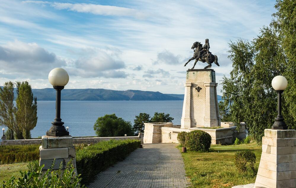 Памятник основателю города Василию Татищеву на берегу Волги в зоне отдыха города Тольятти. На противоположной стороне видны Жигулёвские горы