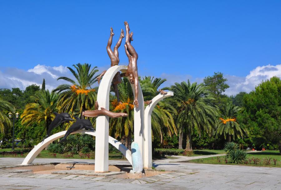 Скульптурная композиция «Погружение», автор Ираклий Очиаури, Пицунда, Абхазия