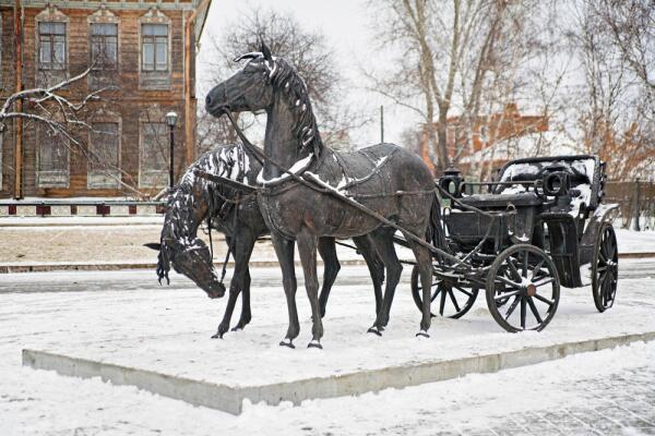 Скульптура пары лошадей, запряженных в повозке, Тобольск