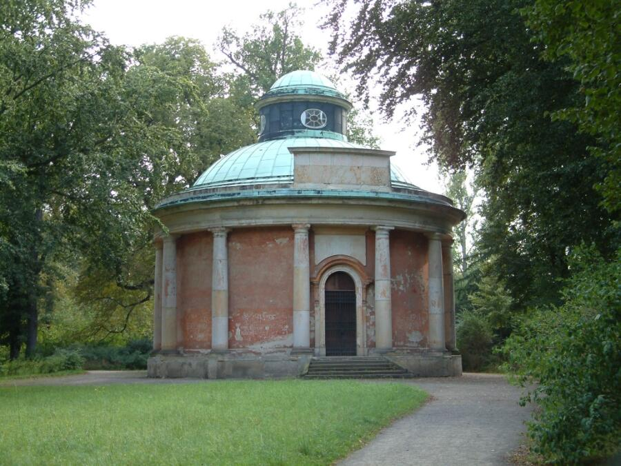 Античный храм в парке Сан-Суси, с 1921 г. выполняет функцию мавзолея для членов дома Гогенцоллернов и закрыт для доступа публики