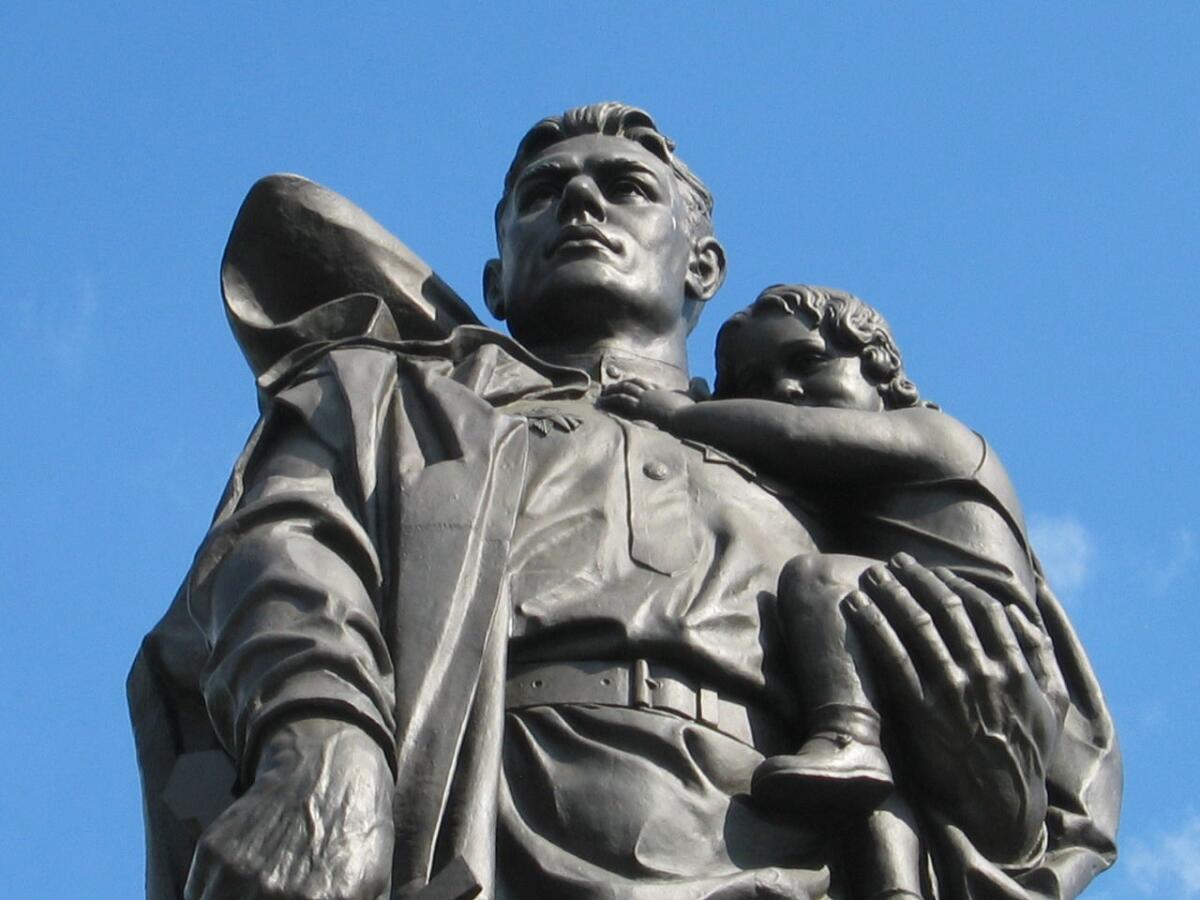 Воин-освободитель с девочкой на руках, которую лепили с дочери А. Г. Котикова — Светланы