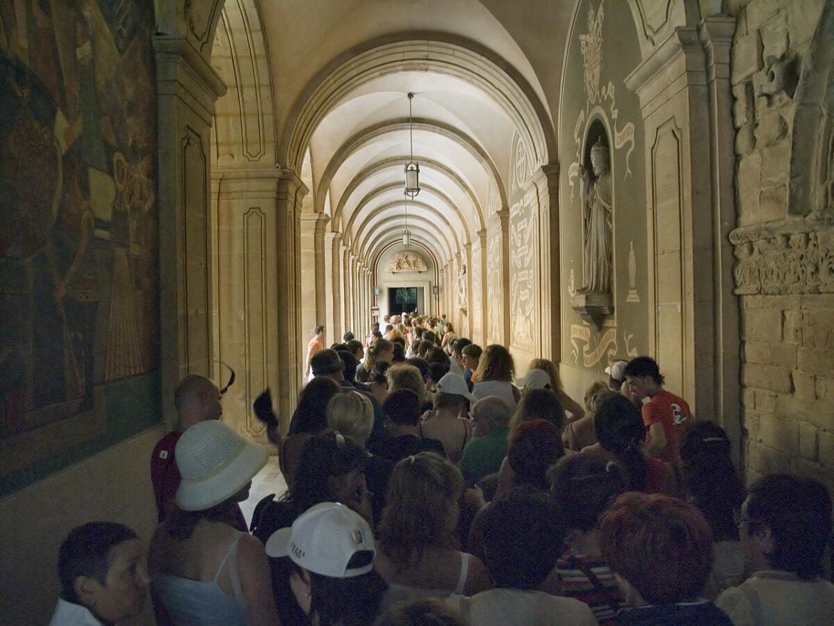Очередь паломников и туристов к Чёрной Деве