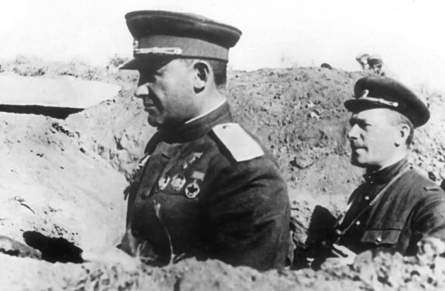 Командующий 51-й армией генерал-лейтенант Я. Г. Крейзер на НП под Севастополем