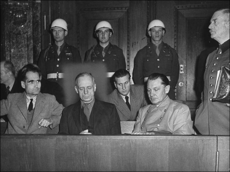 Рудольф Гесс, Иоахим фон Риббентроп, Герман Геринг, Вильгельм Кейтель на Нюрнбергском процессе