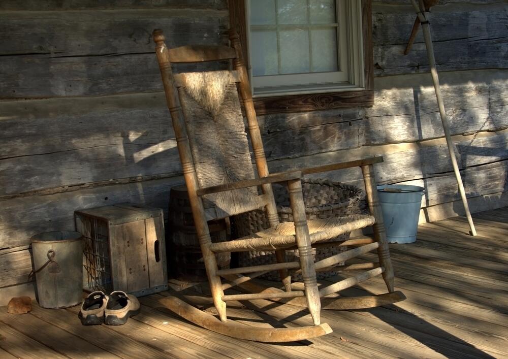 Кресло-качалка на веранде