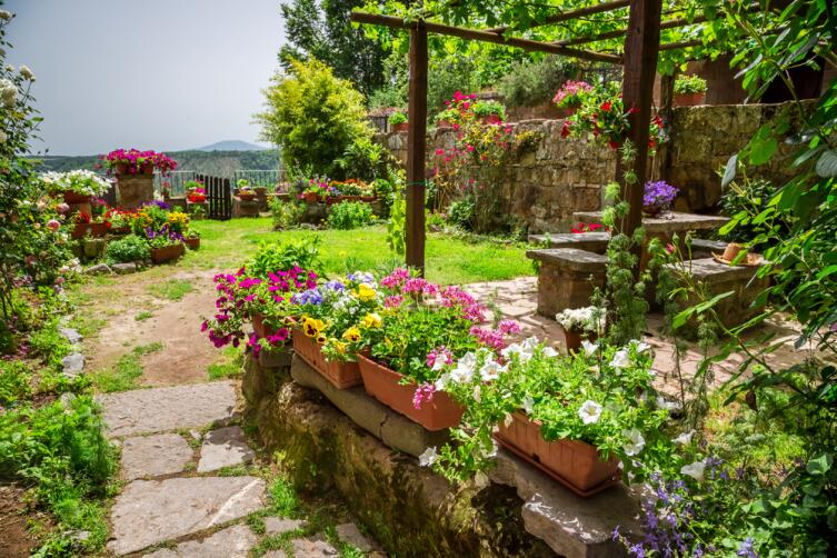 Такой сад потребует от своих хозяев более тщательного ухода