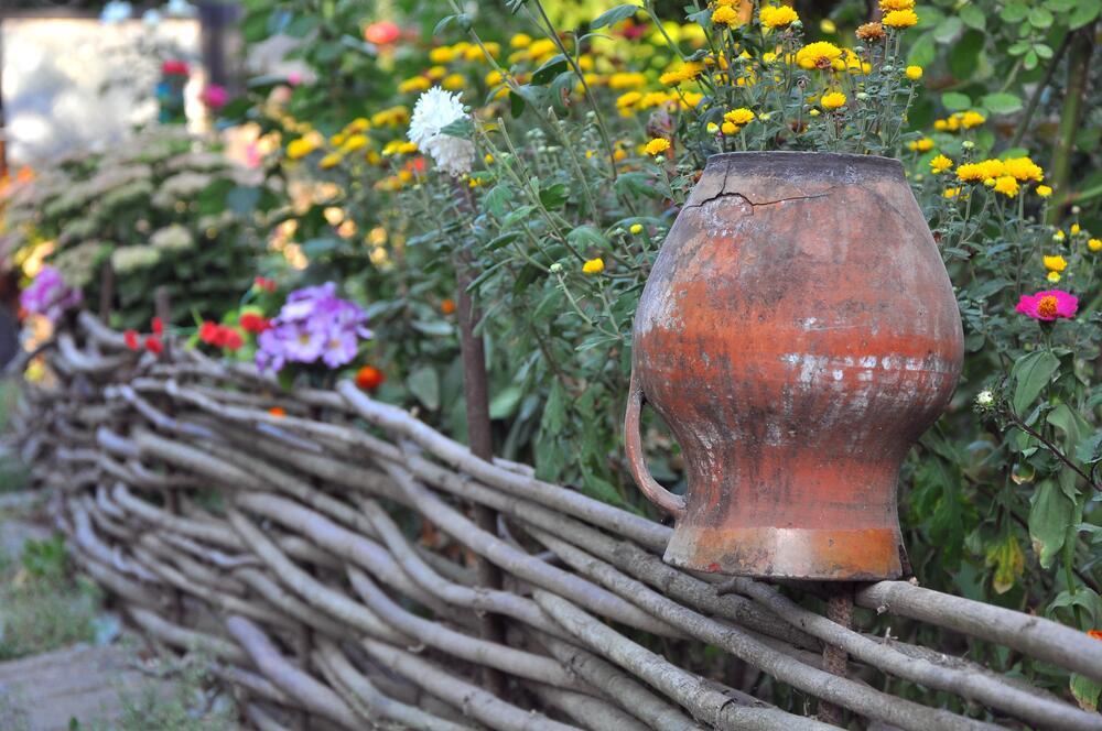 Плетеная изгородь и изобилие цветов