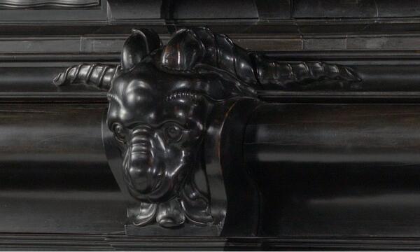 Шкаф работы Германа Думера, фрагмент «Ручка в виде головы барана»