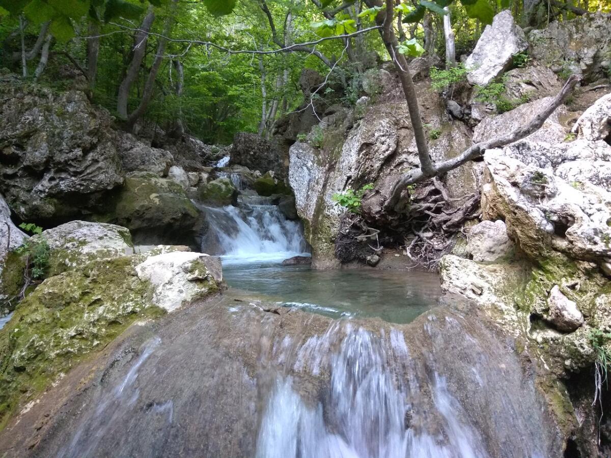 Красные пещеры, водопад