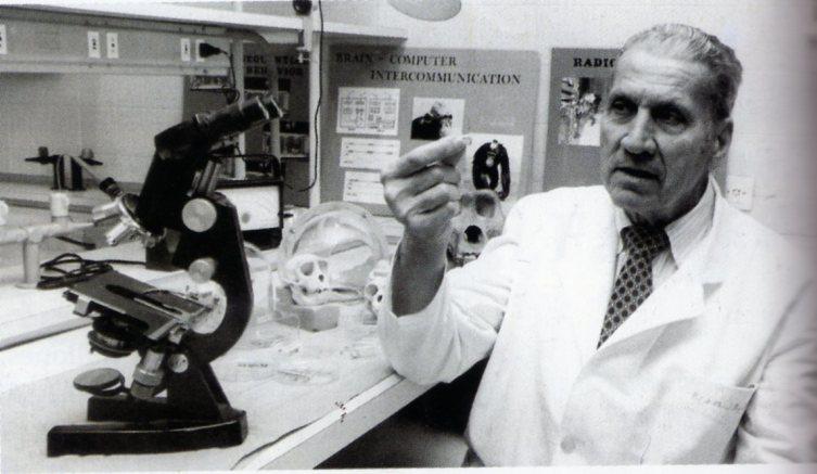 Хосе Дельгадо в своей лаборатории