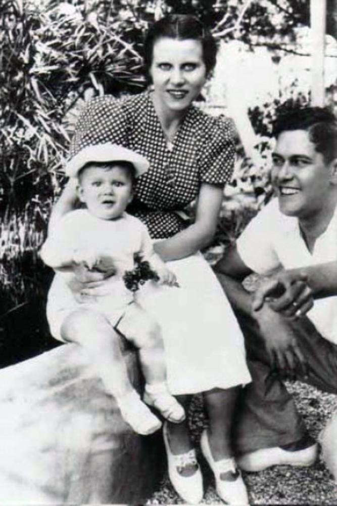 Ив с матерью и отцом в Оране в 1938г.