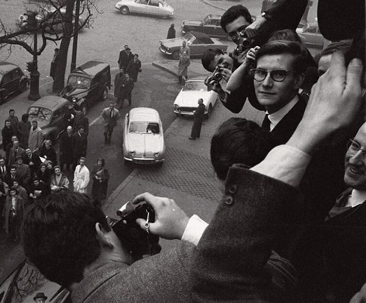 Ив Сен-Лоран в окружении репортеров, 1958г.