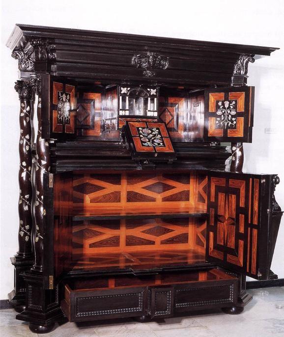 Шкаф работы Германа Думера