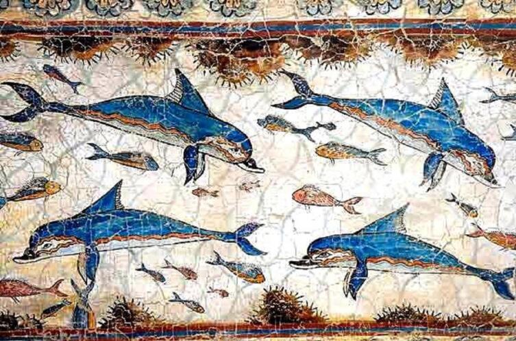 Одно из самых ранних изображений дельфинов — фриз Кносского дворца на Крите, ок. 2000 лет до н.э.