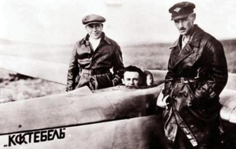 Планеристы. Слева направо: Сергей Люшин, Сергей Королёв и Константин Константинович Арцеулов