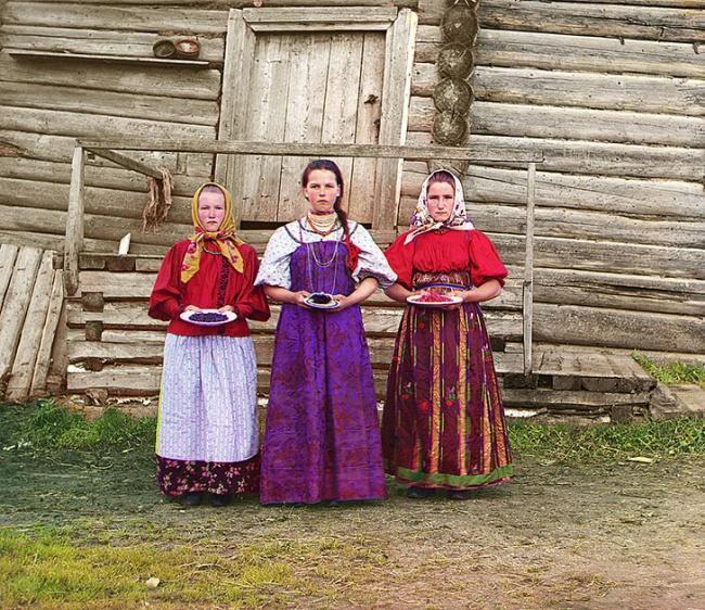 Молодые русские крестьянки недалеко от реки Шексна, 1909 г.