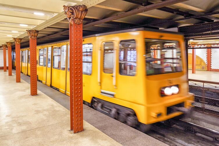 Желтый поезд на станции метро «Опера»