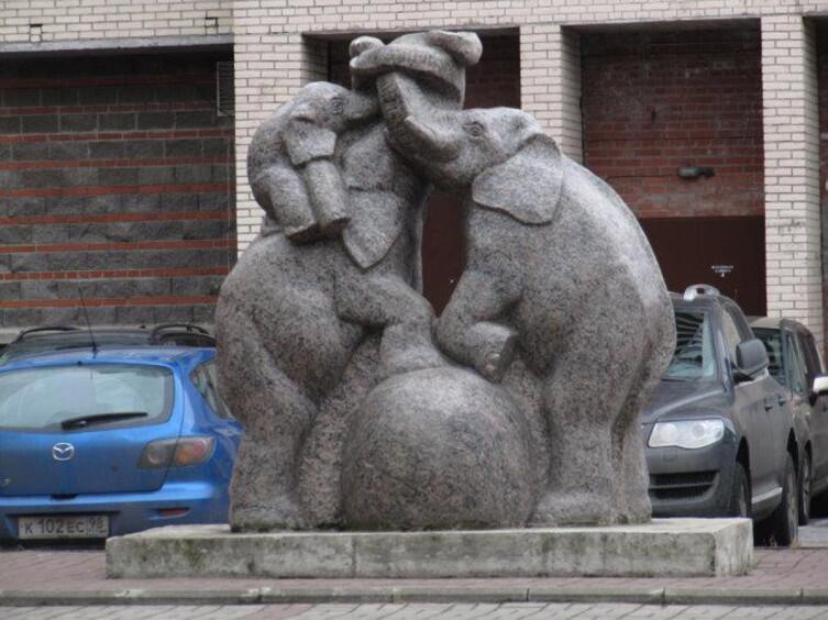 Гранитные слоны на проспекте Ветеранов