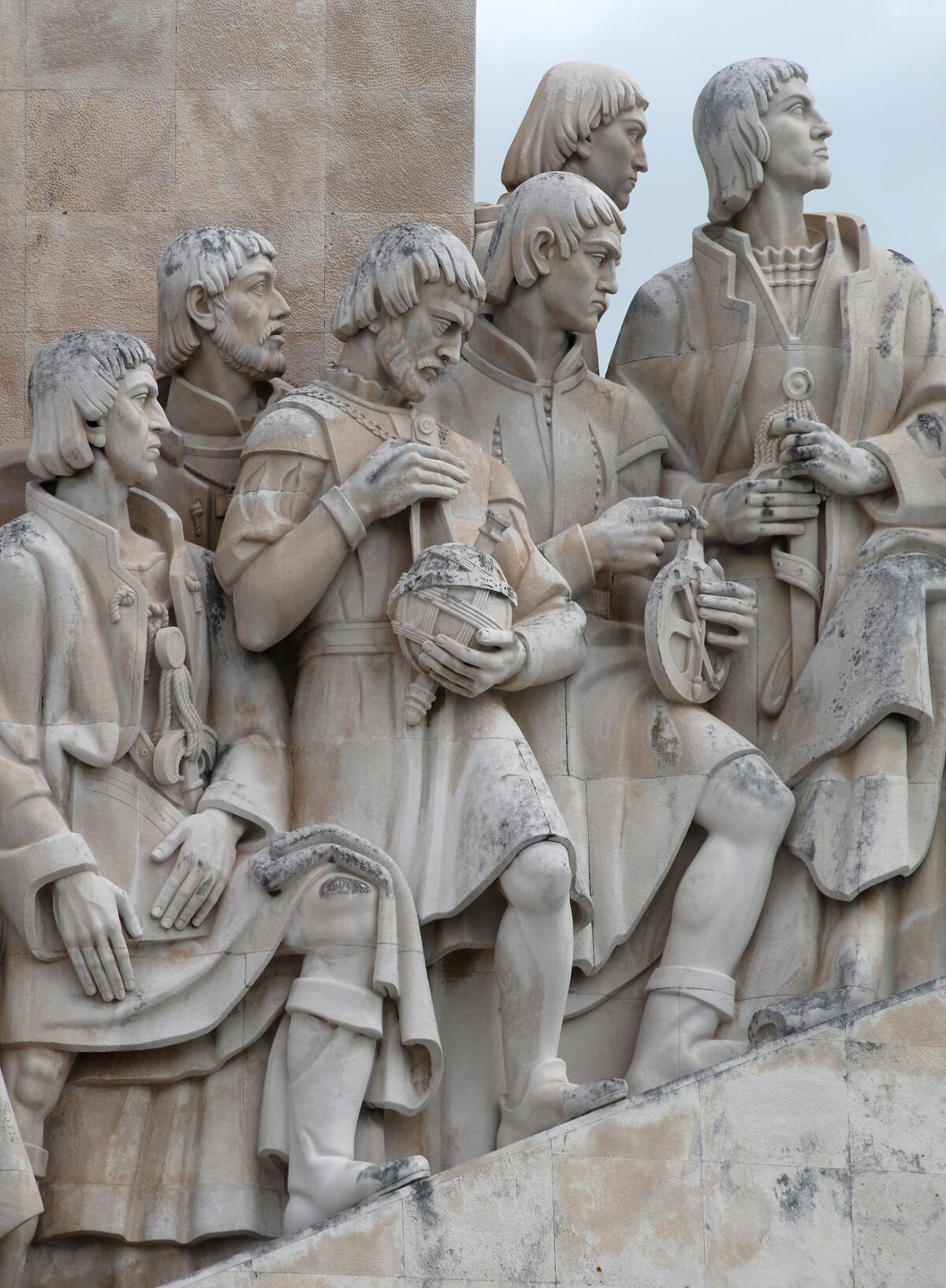 Памятник первооткрывателям в Лиссабоне. Педру Нуниш с глобусом
