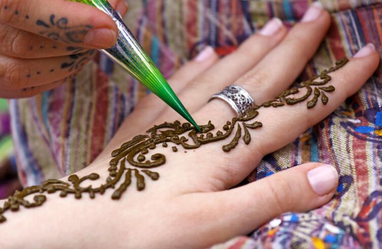Почему женщины украшают себя рисунками мехенди?
