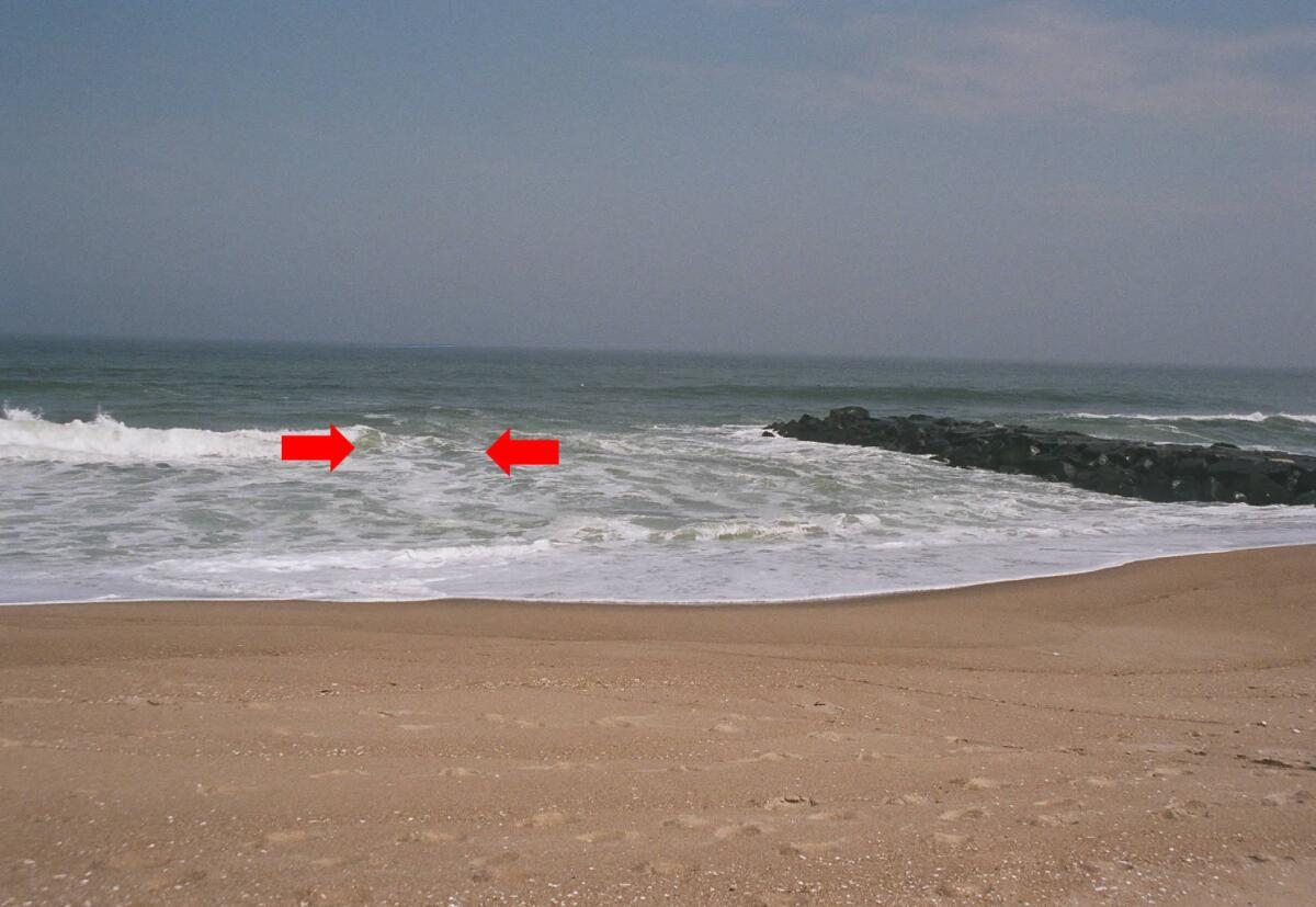 Пример еще одного, видимого с берега, признака, говорящего о наличии отбойного течения