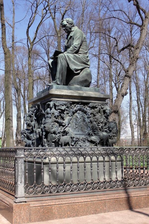 Памятник И. А. Крылову в Летнем саду в Санкт-Петербурге