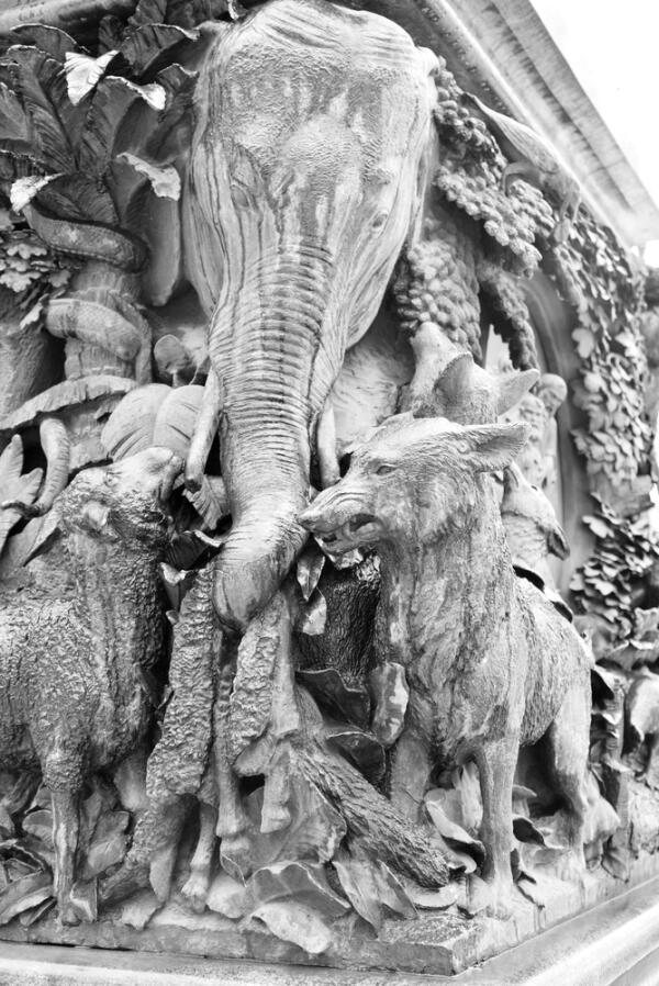 Слон на памятнике И. А. Крылову в Летнем саду