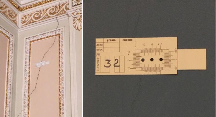 Механические датчики перемещений с нониусными шкалами на трещинах на стенах здания (Дворец Юсуповых на Мойке, Санкт-Петербург)