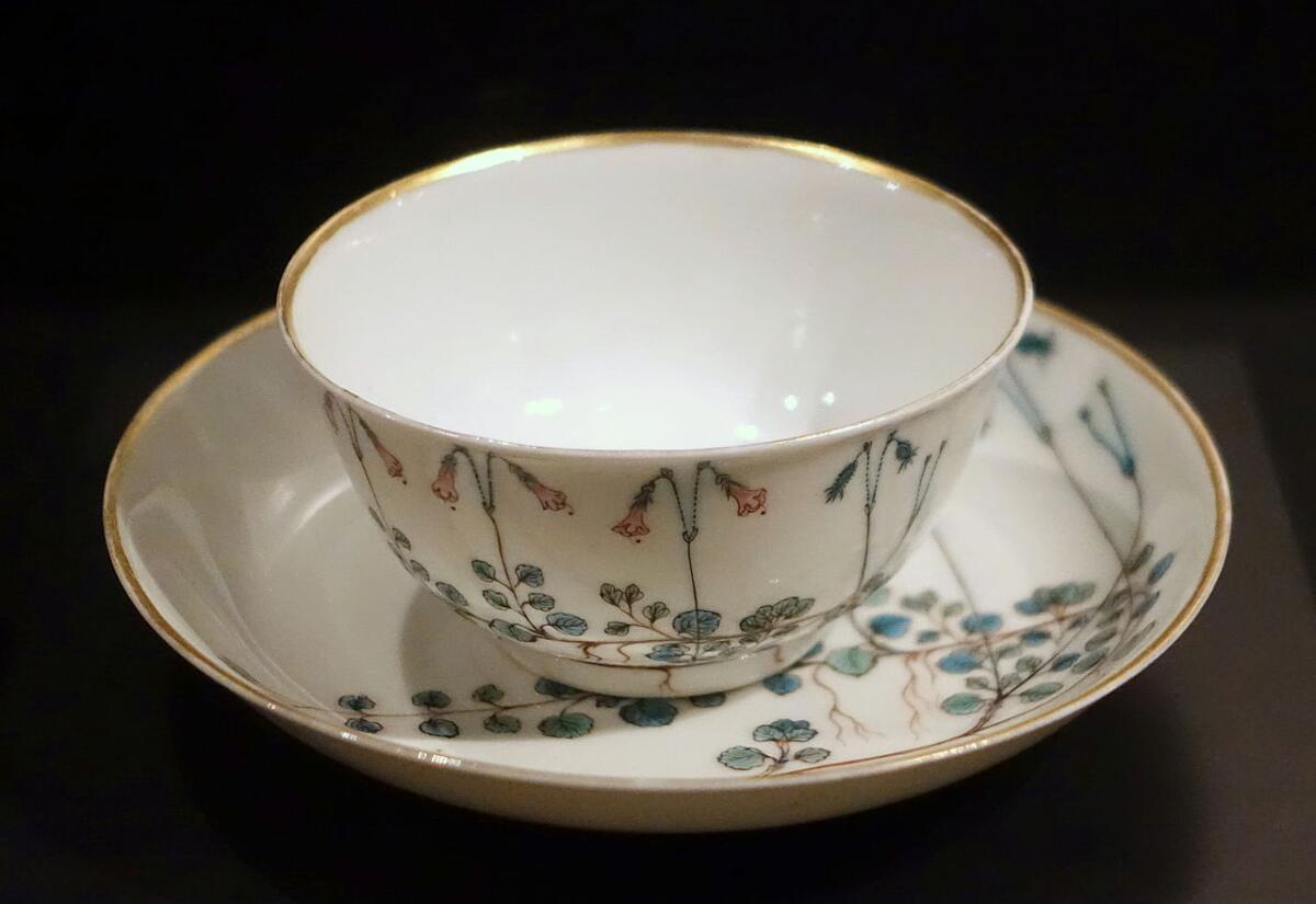 Чашка и блюдце с изображением цветущей линнеи северной. Часть сервиза, заказанного для Карла Линнея. Китай, примерно 1755 год. Музей Восточной Азии, Стокгольм