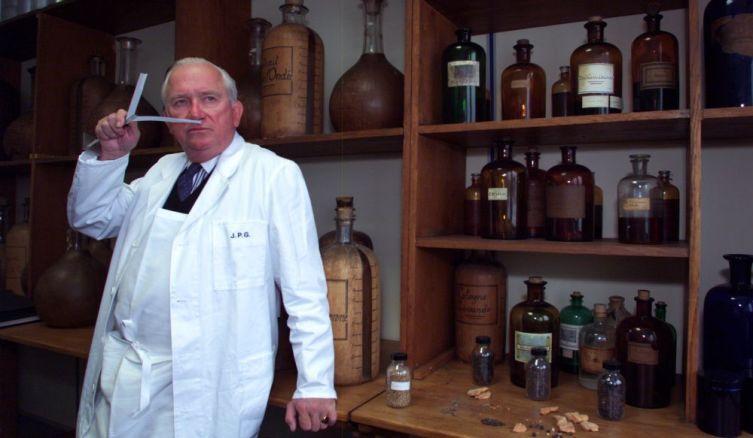 Жан Поль Герлен в своей лаборатории в Париже