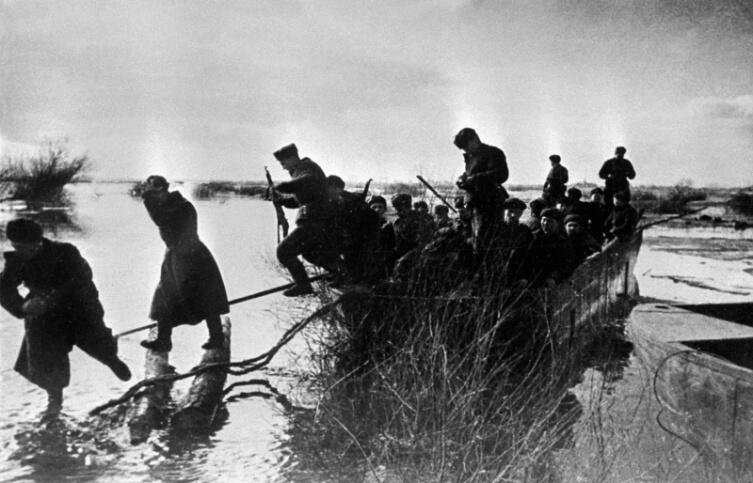 Советские бойцы высаживаются с десантной лодки в ходе Висло-Одерской операции