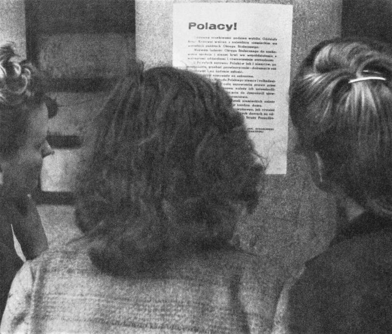 Женщины читают листовку с заявлением о начале Варшавского восстания