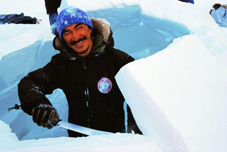 Строительство иглу (Баффинова Земля, Нунавут), 1998 г.