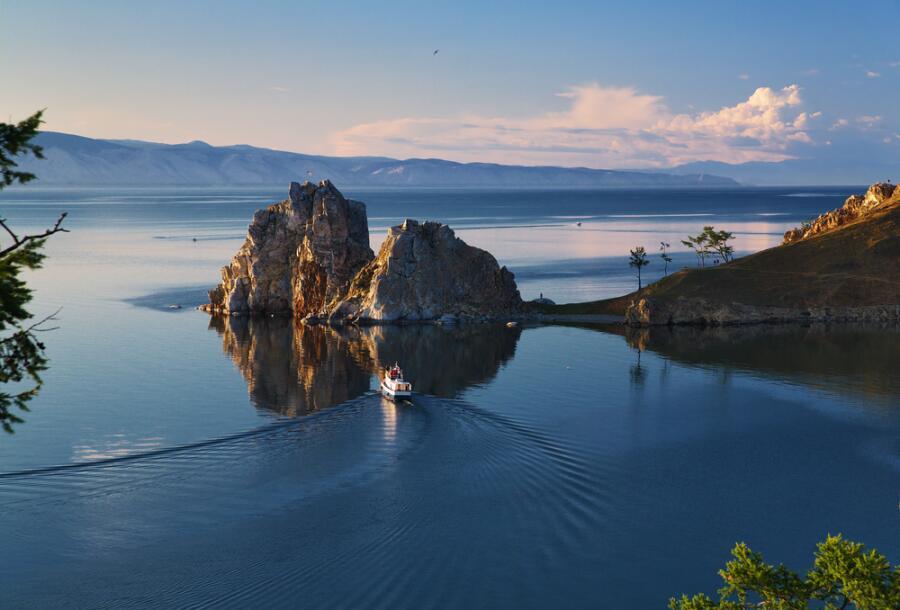 Мыс Бурхан и Шаман Скала на острове Ольхон, озеро Байкал