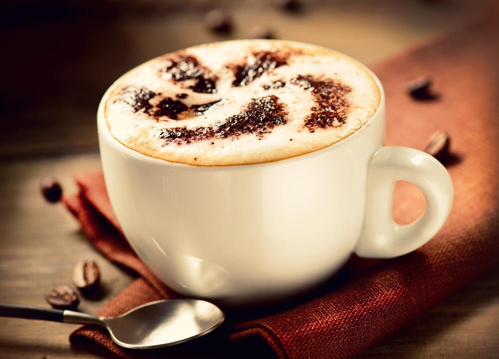 Венские кофевары попытались смягчить горечь напитка и стали добавлять в него сливки, сахар и даже мед, так появился «кофе по-венски»