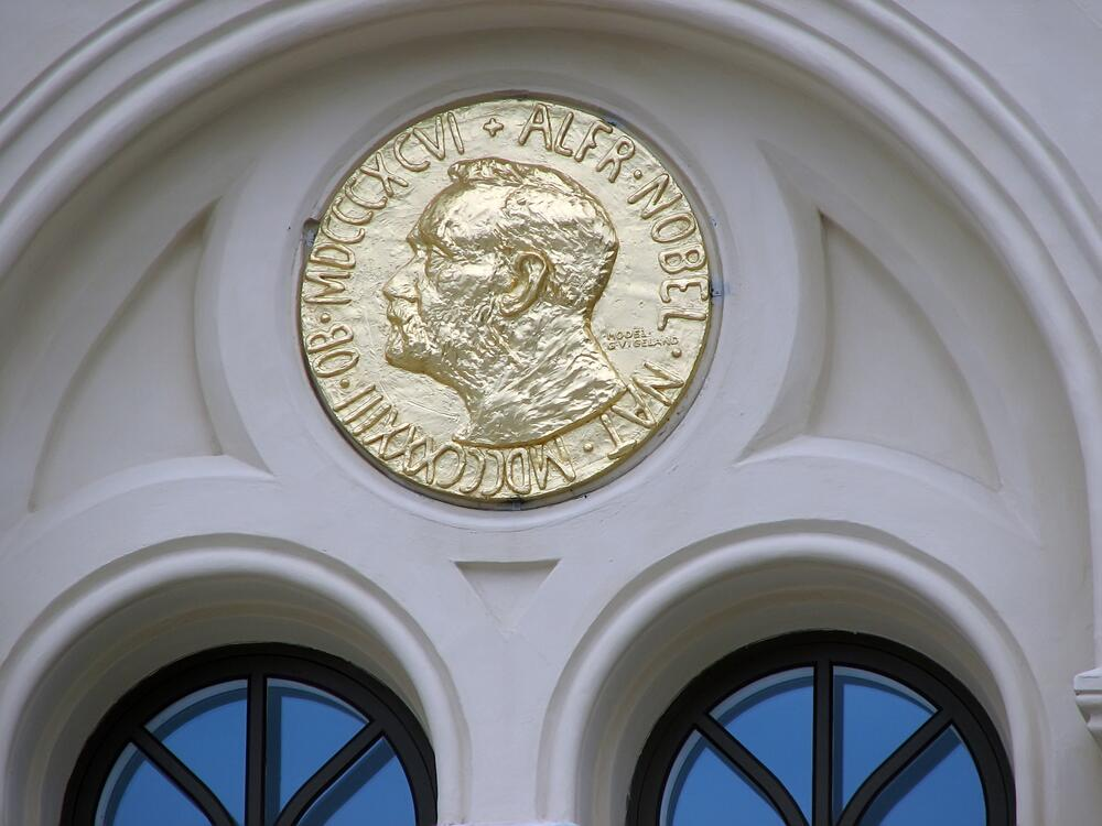 Копия медали на фасаде Нобелевского центра мира в Осло, Норвегия