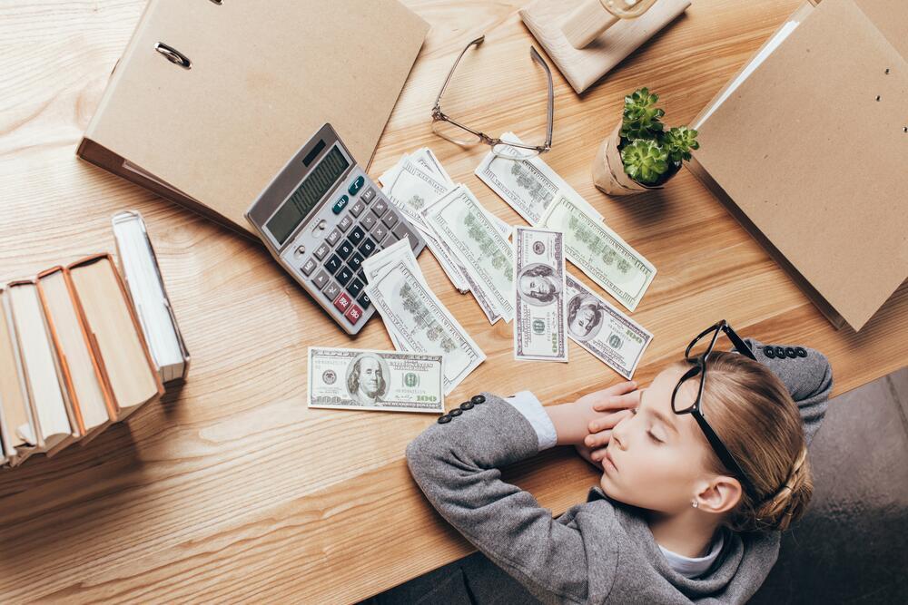 У подавляющего большинства не получается «делать» деньги, получается только «зарабатывать» тяжелым трудом
