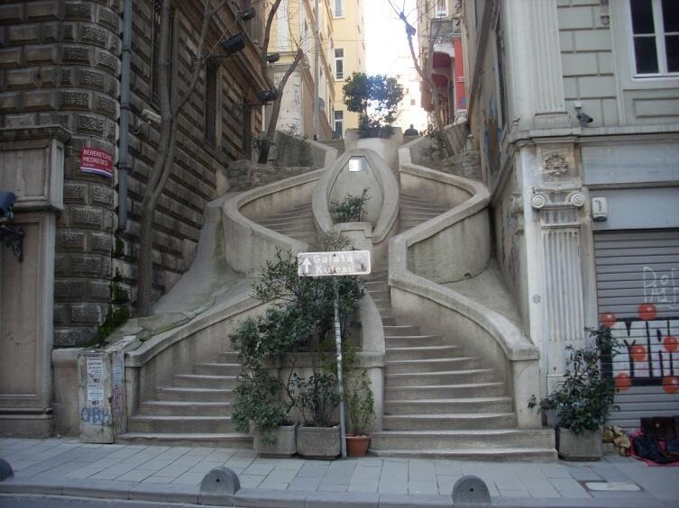 Лестница Камондо в Стамбуле