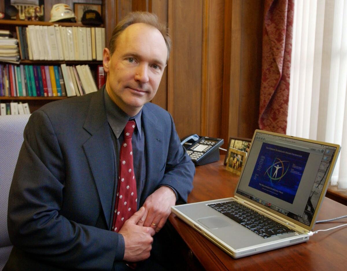 Тим Бернерс-Ли. За свои изобретения в области Интернета удостоен рыцарского звания