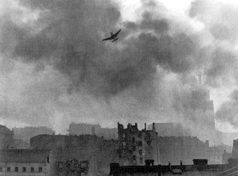 Юнкерс Ju-87 бомбардирует Старый город в Варшаве. Август 1944 г.