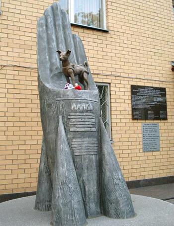Памятник Лайке на территории Института военной медицины