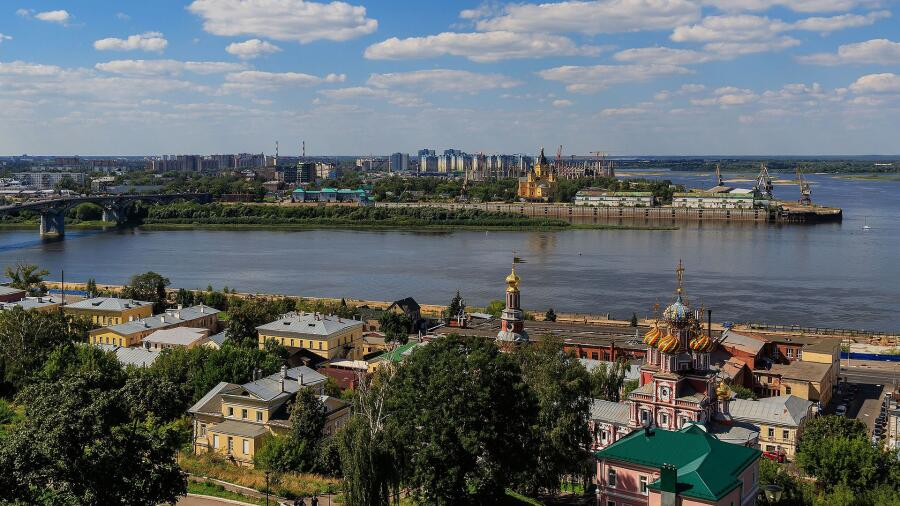 Ока (слева), впадающая в Волгу в Нижнем Новгороде