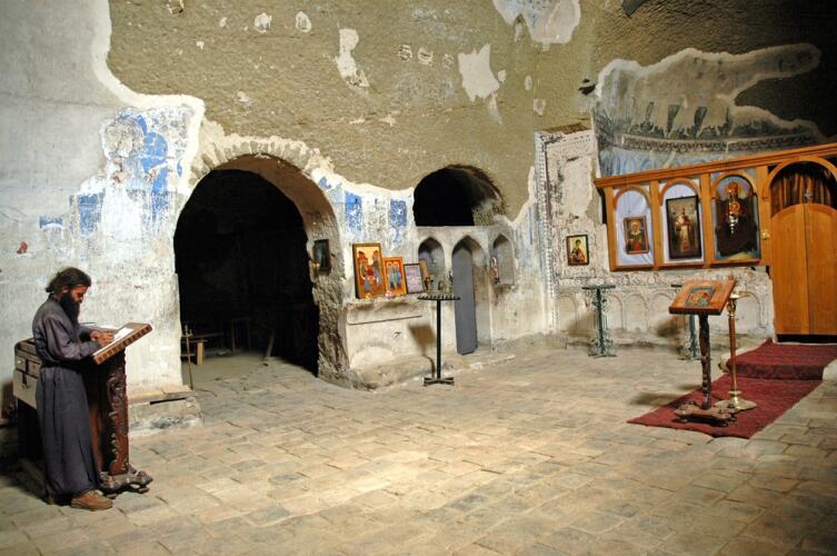 Отшельник молится в монастыре Давид-Гареджа, Грузия