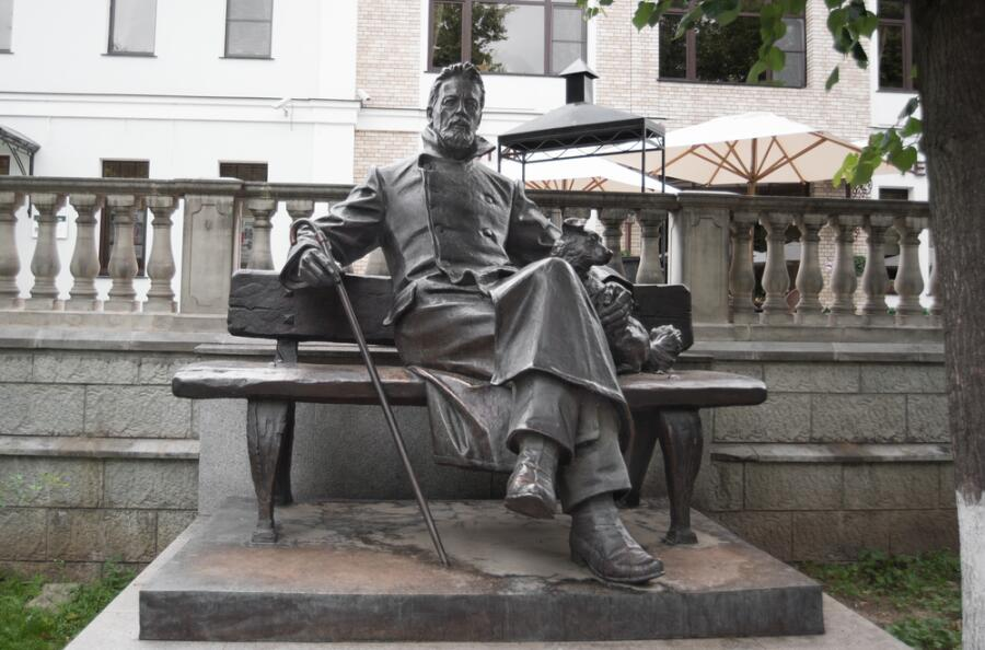 Бронзовая статуя А. П. Чехова в Звенигороде