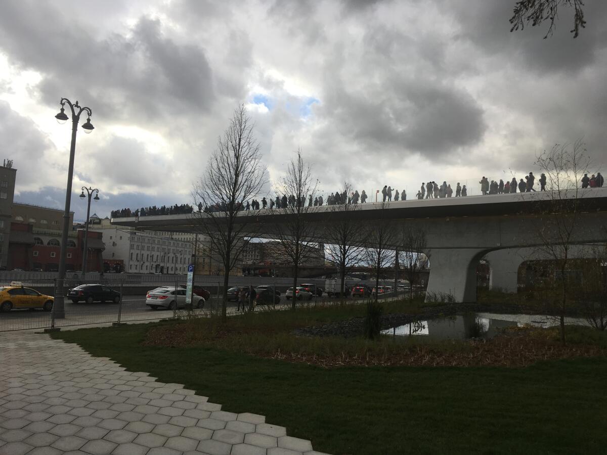 Парящий над парком и рекой мост