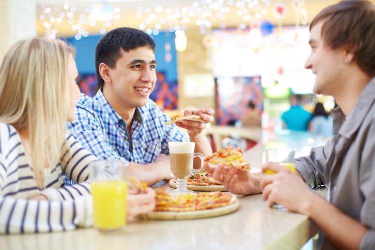 Как полезнее питаться - в компании или в одиночку?