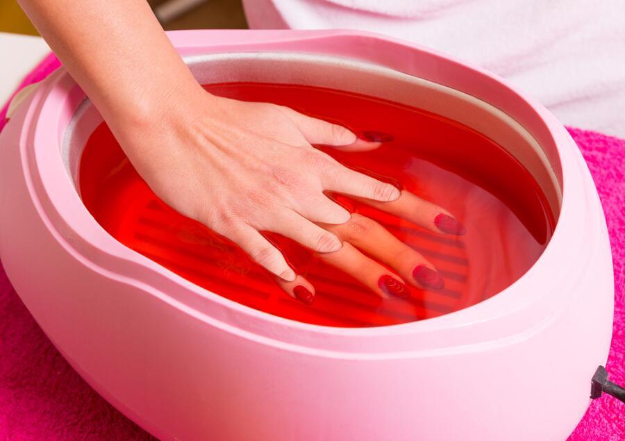 Как ухаживать за кожей рук с помощью парафинотерапии?