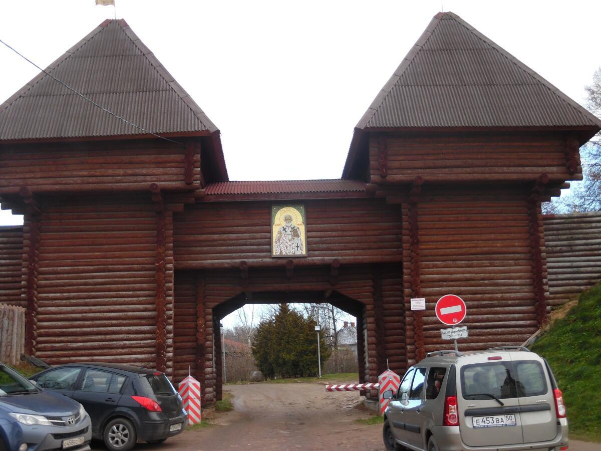 Никольский ворота Дмитровского Кремля, Россия
