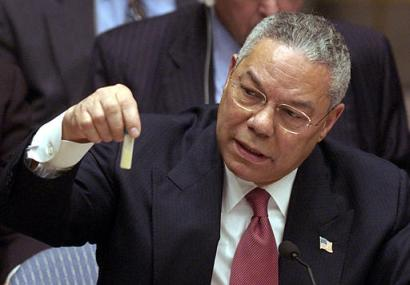 Колин Пауэлл демонстрирует пробирку с биологическим оружием (сибирской язвой) на заседании ООН 5февраля 2003 года