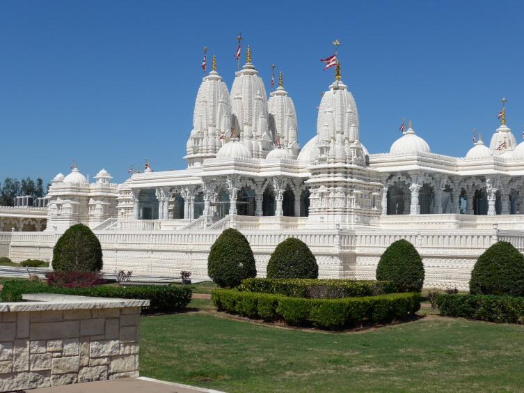 Вид храма с противоположной стороны